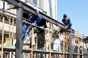 渡り廊下の骨組みを作る訓練生=徳島市の県立中央テクノスクール