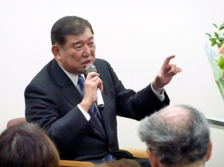 東京都内でのイベントで話す自民党の石破元幹事長=13日夜
