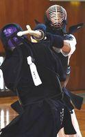 剣道男子決勝・徳島対那賀川 1本勝ちで優勝を決めた徳島の中堅岩原(右)=鳴門ソイジョイ武道館