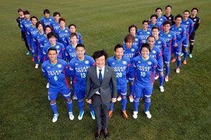 J1昇格を目指し始動した徳島の長島監督(中央)と選手たち=徳島スポーツビレッジ