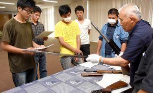 猟銃の扱い方を確かめる学生ら=石井町の県立農業大学校