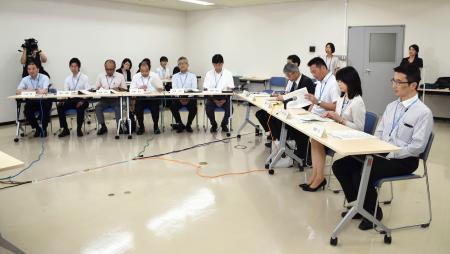 東日本大震災当時の状況の聞き取りに応じる宮城県職員ら=22日午前、仙台市