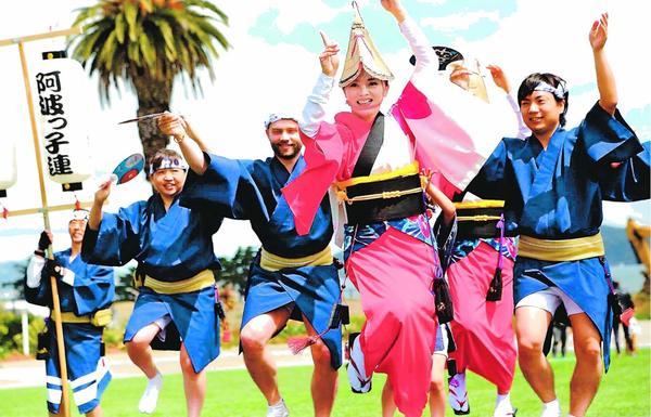米国で阿波踊りを披露するサンフランシスコ阿波っ子連。アメリカ連結成で一層の踊り振興が期待される=2017年4月、サンフランシスコ(バールマン連長提供)