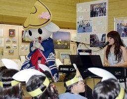 トクシィの歌を披露する中山さん=徳島市役所