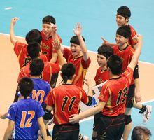 初勝利に喜びを爆発させる城東の選手たち=東京体育館