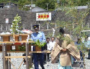 安全祈願祭で水の事故ゼロを願う出席者=神山町阿野の鮎喰川