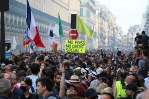 新型コロナウイルスワクチンの接種義務化に抗議する人々=11日、パリ(ゲッティ=共同)