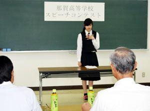 留学にかける思いを英語で訴える生徒=那賀町小仁宇の那賀高
