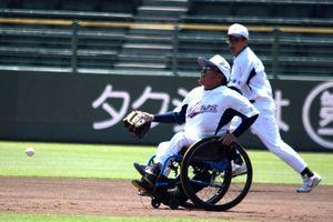 一生懸命にボールを追う徳島ウイングスの選手たち=神戸市のほっともっとフィールド神戸