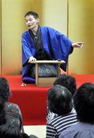軽妙な語りで来場者を楽しませる林家竹丸さん=徳島市の徳島城博物館