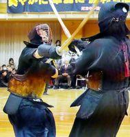 女子決勝の大将戦で1本勝ちした那賀川の河野(左)=阿波中体育館