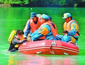 要救助者役の男性をボートで救助する訓練参加者=那賀町の川口ダム湖