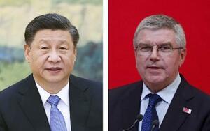 中国の習近平国家主席(新華社=共同)、IOCのバッハ会長(ロイター=共同)