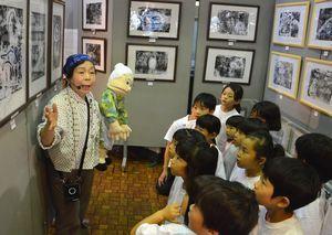 戦争をテーマにした版画に見入る園児=徳島市立木工会館