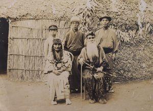 井村さんの祖先とアイヌ民族の夫妻を収めた写真。後列右が河野通雄さん、後列中央が長尾正通さん