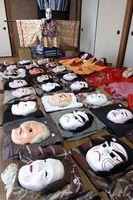 「面劇」の面や衣装。石井町の有形民俗文化財に指定される=同町高川原