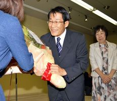 初当選を果たし、支持者から花束を受け取る松田さん=1日午後10時半、上板町西分の選挙事務所