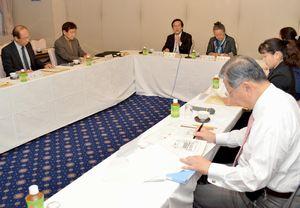 徳島市のホール整備について意見交換する有識者会議の委員=徳島市のホテル千秋閣