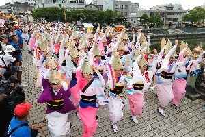 華麗な女踊りを先頭に進む阿波おどり振興協会の流し踊り=徳島市の新町橋