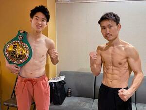 WBCライトフライ級タイトルマッチの前日計量をパスしたチャンピオンの寺地拳四朗(左)と挑戦者の久田哲也=23日、大阪市