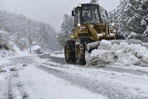 山間部の道路で作業する除雪車=31日午前9時50分、三好市東祖谷栗枝渡