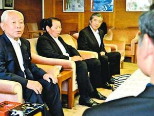 飯泉知事(右)に取り組み状況を説明する三木さん(左端)ら=県庁