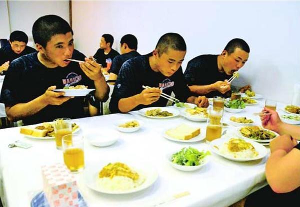 初戦突破に向け、験担ぎのカツ丼などを食べる鳴門高の選手=神戸市のホテル