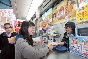 年末ジャンボ宝くじを買い求める客=徳島市東船場町1のみずほ銀行徳島支店