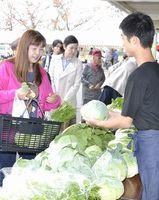 野菜を買い求める来場者=石井町石井の県農林水産総合技術支援センター