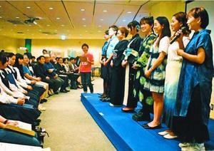 制服や着物が披露された藍染ファッションショー=上板町の技の館