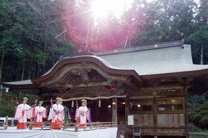 神話の舞台となった大粟山。穀物神を祭る上一宮大粟神社で、女児たちが舞を奉納する=神山町神領