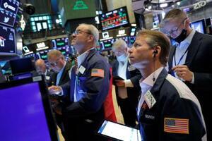 ニューヨーク証券取引所のトレーダーたち=3日(ロイター=共同)