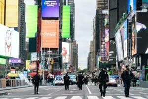 発砲事件があったタイムズスクエアで警備に当たる警察官=8日、ニューヨーク(ロイター=共同)