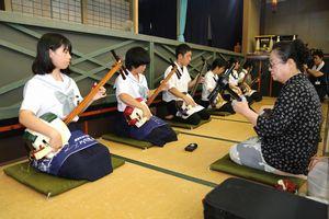 三味線の合同練習をする川内中と城北高の民芸部の生徒ら=城北高校