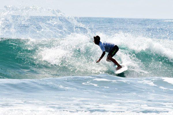 U18決勝で技を披露する金沢さん=高知県東洋町の生見海岸