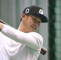練習でバットを振り込む巨人の吉川尚=川崎市のジャイアンツ球場(同球団提供)