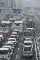 雪の影響で大渋滞する国道11号=1月11日午前9時半、徳島市の徳島本町交差点