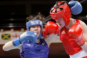 女子フェザー級準決勝 3回、英国選手(右)を攻める入江聖奈=両国国技館
