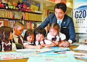新聞を作る園児=徳島市富田橋5のナーサリー富田幼児園