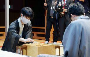 豊島将之二冠(右)と対戦する藤井聡太王位=30日午前、名古屋市の名古屋能楽堂(代表撮影)
