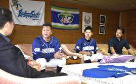 飯泉知事(左)に前期優勝の報告をする養父監督(左から2人目)=県庁