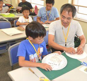 星座早見盤を作る講座の参加者=板野町の県立総合教育センター