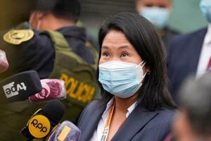 21日、ペルーの首都リマで記者団の取材に応じるケイコ・フジモリ氏(AP=共同)