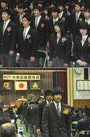 【上】最後の校歌を歌う卒業生=三好市の辻高校【下】最後の三好高生として退場する卒業生=三好市の同校