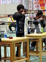 少年女子ビームライフル立射20発を日本新記録で制した前川(左)=紀の川市の貴志川高