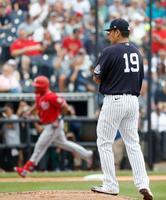 ナショナルズ戦の2回、リード(左)に2ランを浴びたヤンキース・田中=タンパ(共同)