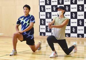 オンラインで小学生に指導する陸上男子の山県亮太(左)と大迫傑さん=横浜市