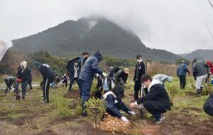 雲仙・普賢岳の噴火災害の被災地で植樹する高校生ら=7日午前、長崎県島原市