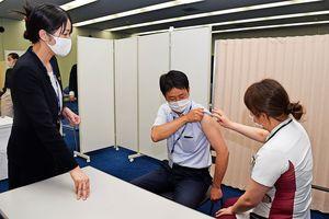 職場接種に向けて当日の流れを入念に確認する職員ら=徳島市の阿波銀行本店事務センター