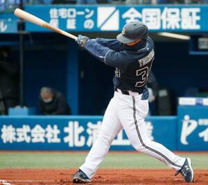 1回、右越えに先制ソロを放つオリックス・吉田正=横浜